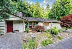 Американский экстерьер дома рассказа зеленого цвета одного с двойным гаражом Стоковое фото RF