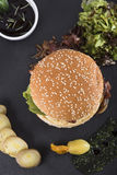 Американский beefburger служил на взгляде плиты 3top шифера Стоковое Изображение RF