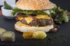 Американский beefburger служил на плите 9 шифера Стоковое Изображение RF