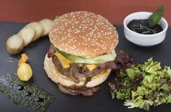 Американский beefburger служил на плите 2 шифера Стоковое Изображение