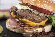 Американский beefburger служил на плите 16close шифера вверх по фото Стоковая Фотография