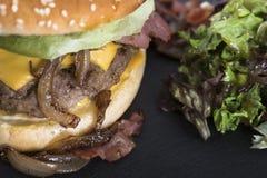 Американский beefburger служил на плите 19close шифера вверх по фото Стоковые Фотографии RF