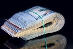 100 американских банкнот доллара при изолированный диапазон Стоковые Фото
