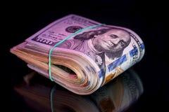 100 американских банкнот доллара при изолированный диапазон Стоковое Фото