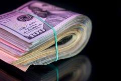 100 американских банкнот доллара при изолированный диапазон Стоковая Фотография