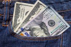 100 американских долларов счетов в карманн голубых джинсов Стоковая Фотография RF