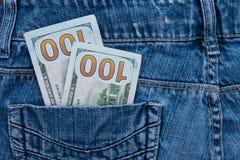 100 американских долларов счетов в карманн голубых джинсов Стоковые Изображения RF