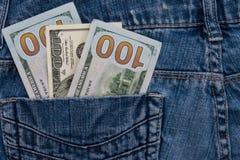 100 американских долларов счетов в карманн голубых джинсов Стоковые Фото