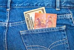 10 американских долларов и 10 примечаний евро вставляя совершенно неожиданно Стоковое фото RF