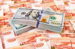 100 американских долларов счетов над предпосылкой денег Стоковое Фото