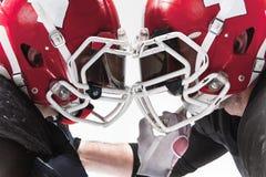 2 американских футболиста воюя на белой предпосылке Стоковые Фотографии RF