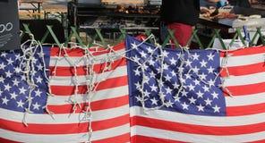 2 американских флага в еде улицы глохнут пока prepa кашевара Стоковое фото RF