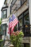2 американских флага на старом классическом доме Стоковые Фото