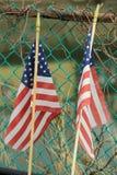 2 американских флага на столбе загородки Стоковое фото RF