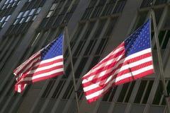 2 американских флага перед нью-йоркская биржа на Уолл-Стрите, Нью-Йорке, Нью-Йорке Стоковая Фотография RF