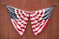 2 американских флага показанного на стороне красного амбара дороги Манчестера, графства Сент-Луис, Миссури Стоковые Изображения