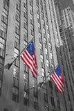 2 американских флага с предпосылкой небоскреба Стоковая Фотография