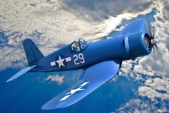 Американское воздушное судно корабельного истребителя летает против голубого неба Стоковое Изображение RF