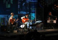 Американское сплавливание джаза и латинский выполнять Al Di Meola гитариста джаза в реальном маштабе времени на Kijow Этап центра стоковые фото
