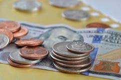американской белизна изолированная валютой квартальная Монетки и 100 долларов счета Стоковая Фотография RF