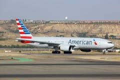 Америкэн эрлайнз Боинг 777-200 ездя на такси на авиапорте Мадрида Barajas Adolfo Suarez Стоковое Фото