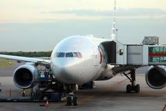 Америкэн эрлайнз Боинг 777 на воротах в аэропорте Буэносе-Айрес Аргентине Ezeiza стоковые фото
