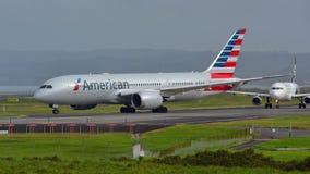 Америкэн эрлайнз Боинг 787-8 Dreamliner ездя на такси для отклонения на международном аэропорте Окленда Стоковые Фотографии RF