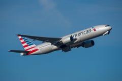 Америкэн эрлайнз Боинг 777 Стоковые Фотографии RF