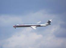 Америкэн эрлайнз McDonnell Douglas MD-83 в небе Нью-Йорка перед приземляться в авиапорт Guardia Ла Стоковое Изображение RF