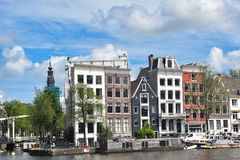 Амстердам, Нидерланды, Европа - 27-ое июля 2017 Живописные дома в центре города Стоковые Изображения