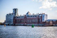 АМСТЕРДАМ, НИДЕРЛАНДЫ - 15-ОЕ АВГУСТА 2016: Известные здания конца-вверх центра города Амстердама Общий взгляд ландшафта города Стоковое фото RF
