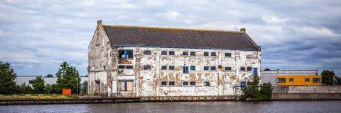 АМСТЕРДАМ, НИДЕРЛАНДЫ - 14-ОЕ АВГУСТА 2016: Известные промышленные здания города Амстердама Стоковые Фото