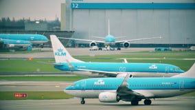 АМСТЕРДАМ, НИДЕРЛАНДЫ - 25-ОЕ ДЕКАБРЯ 2017 Авиалайнеры KLM ездя на такси на международном аэропорте Schiphol акции видеоматериалы