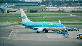 АМСТЕРДАМ, НИДЕРЛАНДЫ - 25-ОЕ ДЕКАБРЯ 2017 Авиалайнер KLM Боинга 737-7K2 будучи отбуксированным на international Schiphol сток-видео