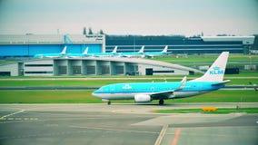 АМСТЕРДАМ, НИДЕРЛАНДЫ - 25-ОЕ ДЕКАБРЯ 2017 Авиалайнер KLM Боинга 737-7K2 ездя на такси на международном аэропорте Schiphol Стоковое Фото