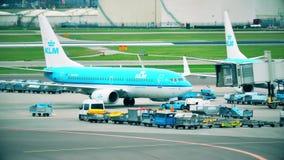 АМСТЕРДАМ, НИДЕРЛАНДЫ - 25-ОЕ ДЕКАБРЯ 2017 Авиалайнер KLM Боинга 737-7K2 на международном аэропорте Schiphol видеоматериал
