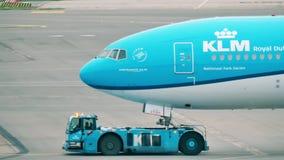 АМСТЕРДАМ, НИДЕРЛАНДЫ - 25-ОЕ ДЕКАБРЯ 2017 Авиалайнер KLM будучи отбуксированным на международном аэропорте Schiphol видеоматериал