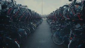 АМСТЕРДАМ, НИДЕРЛАНДЫ - 26-ОЕ ДЕКАБРЯ 2017 Идите вдоль огромной автостоянки велосипеда в городе акции видеоматериалы