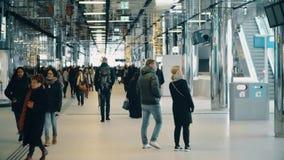 АМСТЕРДАМ, НИДЕРЛАНДЫ - 25-ОЕ ДЕКАБРЯ 2017 Интерьер железнодорожного вокзала города центральный, Амстердам Centraal акции видеоматериалы