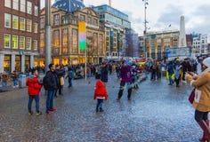 Амстердам, Нидерланды - 14-ое декабря 2017: Люди на центральной площади Амстердама Стоковое Изображение RF