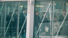 АМСТЕРДАМ, НИДЕРЛАНДЫ - 25-ОЕ ДЕКАБРЯ 2017 Люди boading самолет через стеклянный мост двигателя на Schiphol акции видеоматериалы