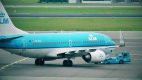 АМСТЕРДАМ, НИДЕРЛАНДЫ - 25-ОЕ ДЕКАБРЯ 2017 Самолет рекламы KLM Боинга 737 будучи отбуксированным на international Schiphol акции видеоматериалы