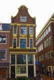 Амстердам, Нидерланды - 14-ое декабря 2017: Самые известные дома города Амстердама Стоковое фото RF