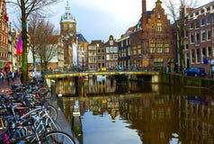 Амстердам, Нидерланды - 14-ое декабря 2017: Самые известные каналы и обваловки города Амстердама Стоковые Изображения