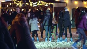 АМСТЕРДАМ, НИДЕРЛАНДЫ - 28-ОЕ ДЕКАБРЯ 2017 Толпить каток на квартале музея или Museumplein на ноче акции видеоматериалы