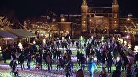 АМСТЕРДАМ, НИДЕРЛАНДЫ - 28-ОЕ ДЕКАБРЯ 2017 Толпить каток около известного знака I Амстердама на квартале музея или видеоматериал