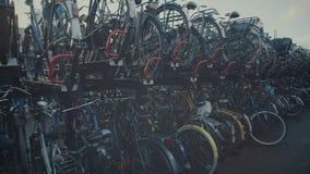 АМСТЕРДАМ, НИДЕРЛАНДЫ - 26-ОЕ ДЕКАБРЯ 2017 Steadicam сняло большой автостоянки велосипеда сток-видео