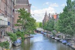АМСТЕРДАМ, НИДЕРЛАНДЫ - 10-ОЕ ИЮНЯ 2010: Каналы Амстердама Амстердам столица и большинств многолюдный город Нидерландов Стоковое фото RF