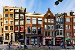 АМСТЕРДАМ, НИДЕРЛАНДЫ - 10-ОЕ ИЮНЯ 2014: Красивые фасады зданий канала в Амстердаме Стоковые Изображения