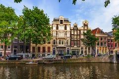 АМСТЕРДАМ, НИДЕРЛАНДЫ - 10-ОЕ ИЮНЯ 2014: Красивые фасады зданий канала в Амстердаме Стоковая Фотография RF